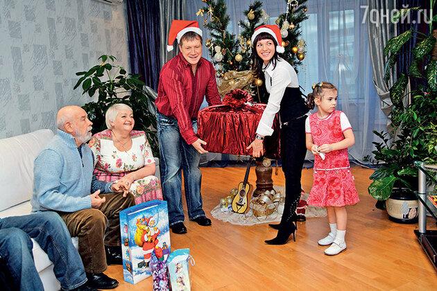 Лев Борисов с женой Мариной, Надежда Борисова с Алексеем Кравченко и дочерью Ксенией