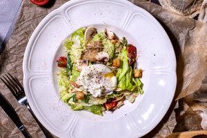 Салат с копченым карпом, яйцом «Пашот» и имбирем: рецепт от шеф-повара Руслана Шмидова