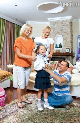 Ариадна с бабушкой Тамарой Владимировной, мамой и папой Игорем Вдовиным