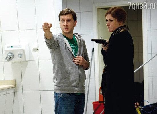 Режиссер репетирует сцену дуэли с актрисой Верой Воронковой