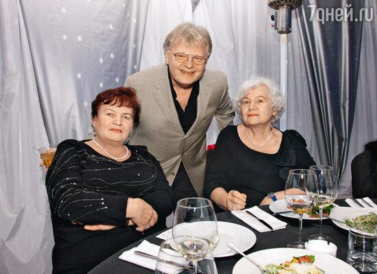 Бабушки именинницы Светлана Семеновна (слева) и Нина Николаевна с Юрием Антоновым