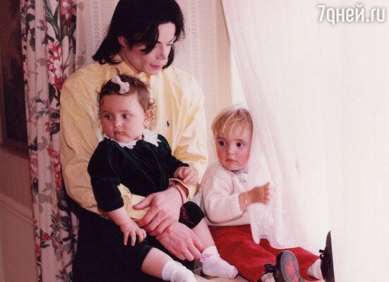 Майкл Джексон с сыном Принсом и  дочерью Пэрис