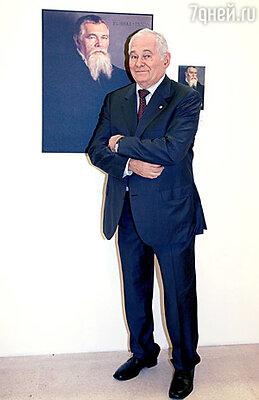 Доктор Леонид Рошаль на фоне собственного портрета
