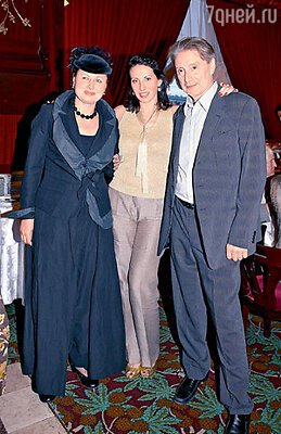 Алика Смехова пришла на выставку с отцом Вениамином Смеховым и его супругой Галиной