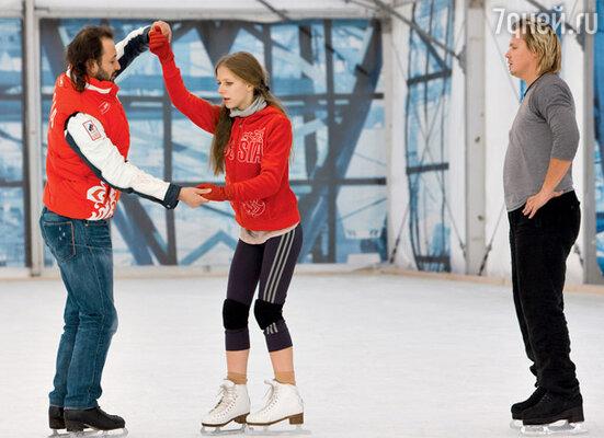 Руководитель шоу Илья Авербух с самой молодой участницей 15-летней Лизой Арзамасовой и ее партнером Максом Стависким
