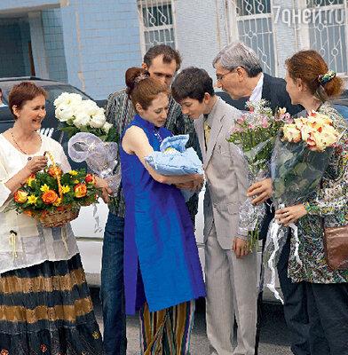 Из роддома Анну встречали свекровь Надежда Владимировна, муж Александр, отец Анны Леонид Александрович, сестра Александра и ее сын Петр