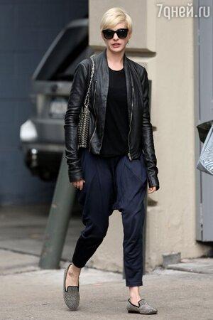 В гардеробе Энн Хэтэуэй появились мешковатые брюки и кожаные куртки