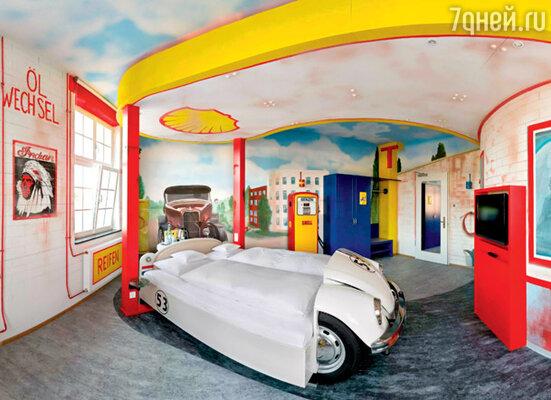 Кровати в этом немецком мотеле — настоящие автомобили. Акомнаты выполнены то в виде автозаправки...