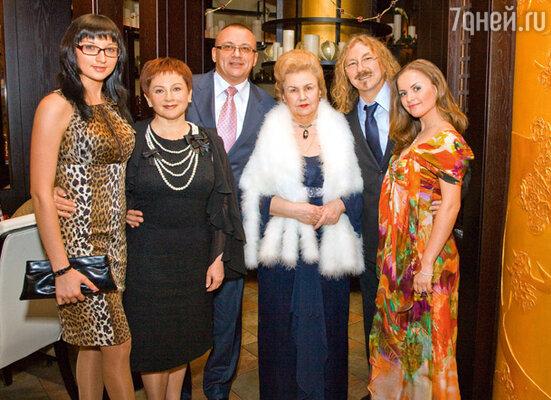 Игорь с мамой Светланой Митрофановной, Юлей, ее родителями Павлом Сергеевичем, Людмилой Ивановной и сестрой Ольгой