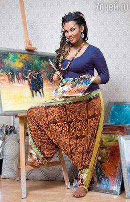 Манго — дипломированный преподаватель живописи, и лучшей «спецодежды» для рисования, чем эти пестрые шальвары, ей не найти. А главное, их сшила ей в подарок мама