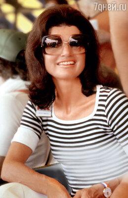Жаклин Кеннеди первой в мире стала надевать большие солнечные очки. Нью-Йорк, 1976 год