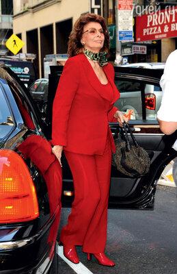 Софи Лорен предпочитает, какправило, такие стекла для очков, закоторыми хорошо видны ее глаза. Нью-Йорк, 2009 год