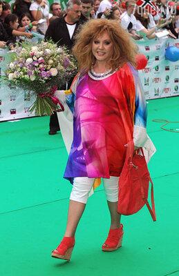 Примадонна прошла по ковровой «полянке» с букетом полевых цветов и сразу скрылась в здании «Олимпийского»
