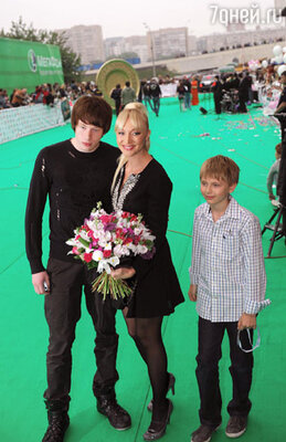 Кристина Орбакате с сыновьями