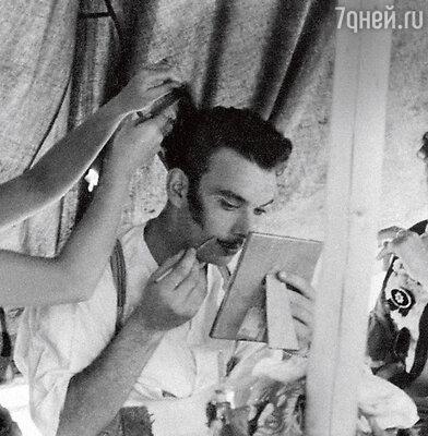 Алексей Баталов готовится к первому выходу на сцену Центрального театра Красной Армии (с мамой, актрисой Ниной Ольшевской). 1950 г.