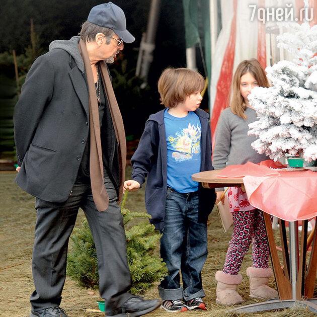Аль Пачино с детьми Антоном и Оливией в Калифорнии. 2009 г.
