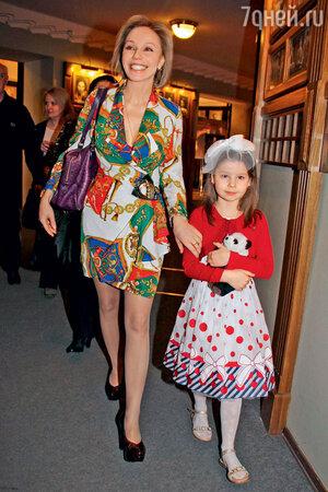 Марина Зудина с дочерью Машей отмечают День театра