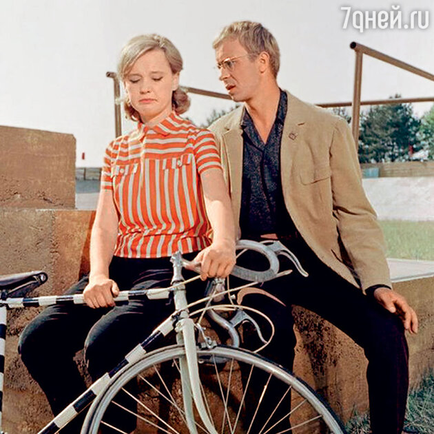 Людмила Гурченко с Олегом Борисовым в фильме «Укротители велосипедов». 1963 г.