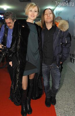 Шура из группы «Би-2» с женой