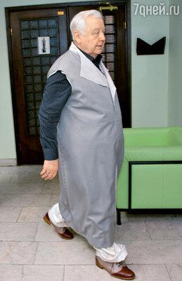 Худрука срочно вызвали к телефону, и Олег Павлович отправился к себе в кабинет, не снимая «макинтоша»
