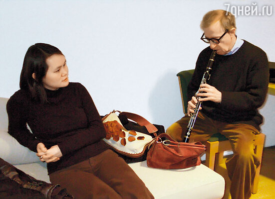 Аллен профессионально играет на кларнете, но тем не менее ежедневно 45 минут упражняется в игре. Со своей третьей по счету женой Сун-И Превин в Барселоне. 2008 г.
