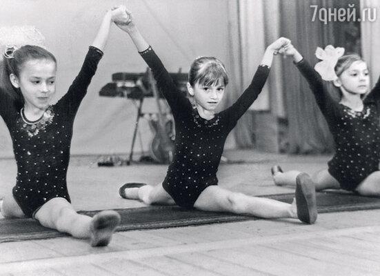 Я была гуттаперчевым ребенком и с детства занималась в кружках. (Людмила слева).
