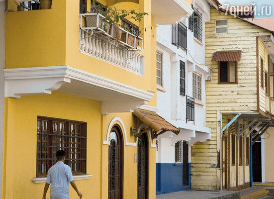 Практически все постройки выполнены в колониальном стиле. Где-то работы уже закончены, а где-то еще продолжаются...