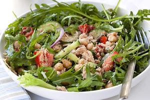 Легкий салат с тунцом: рецепт от актрисы Ирины Медведевой