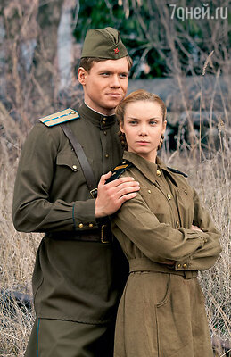 Надя (Ольга Арнтгольц) выходит замуж залейтенанта Алексея (Виктор Хориняк) вовремя войны