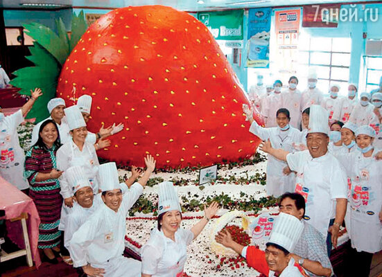Аналогичный американскому клубничный фестиваль проводится в Ла-Тринидаде, наФилиппинах. Шедевр местных кулинаров — торт высотой 3,5 метра!