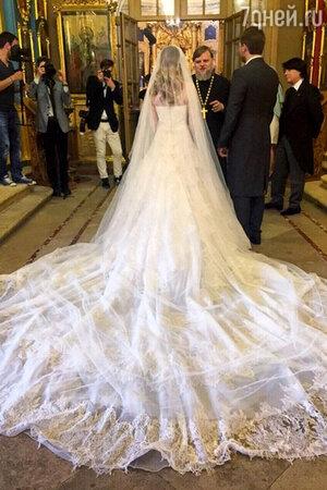 Роскошный шлейф платья Галины Юдашкиной: на наряд ушло 44 метра шелка Taroni.