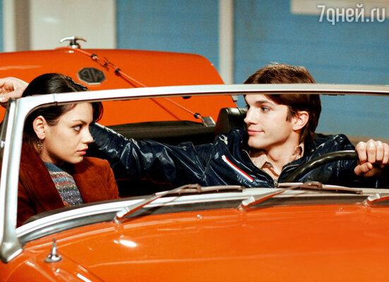 Эштон Катчер и Мила Кунис в сериале «Шоу 70-х». 2004 г.