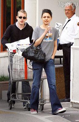 Мила Кунис восемь лет жила в гражданском браке с Маколеем Калкином, звездой знаменитой франшизы «Один дома». Голливуд, 2006 г.