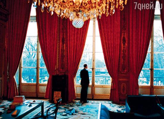 Время президента было регламентировано. А мы с мамой подлаживались под расписание отца — уезжали на каникулы, путешествовали... (Миттеран в рабочем кабинете)