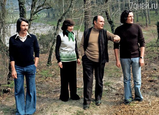 Когда наступали кризисные моменты, папа уходил на прогулку в сад,  чтобы «посоветоваться с деревьями». (Миттеран с женой и сыновьями)