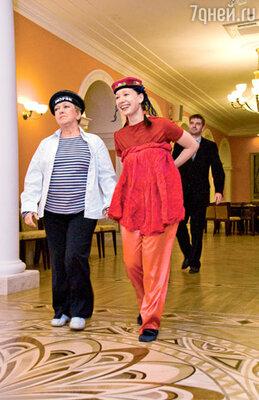 Ольга Волкова с бывшей невесткой Чулпан Хаматовой (на заднем плане — Иван Волков)