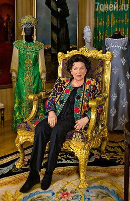 Галина Павловна в петербургском доме, водной из своих самых любимых комнат, гдехранятся ее сценические костюмы