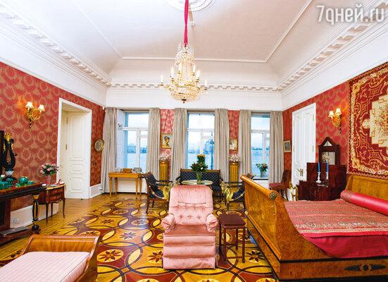 Святая святых — спальня Галины Павловны. Лишь дважды Вишневская пустила на порог этой комнаты посторонних. Впервый раз она предоставила свою спальню, сама перебравшись вдругую комнату, королеве Испании Софии. Вовторой — супруге президента Франции Жака Ширака Бернадетт