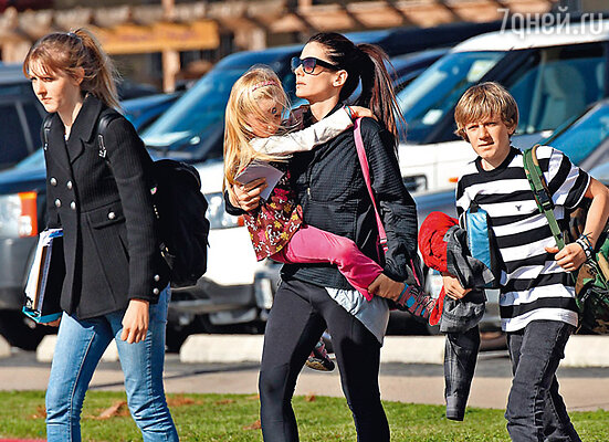 В то время, когда неверный муж лечился в специальной клинике от сексуальной зависимости, Сандра, несмотря на полученный шок, по-прежнему оставалась матерью его детям — Санни, Чандлер и Джесси-младшему. 17 марта 2010 г.