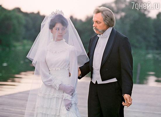«Конечно, когда Лавров уезжал на съемки, бывало всякое. В него часто влюблялись, даисам Кира мог слегка увлечься. Носемья для него была основой основ. Ни одна женщина в его глазах не могла сравниться сВалей». Кирилл Лавров и Галина Беляева в фильме «Мой ласковый и нежный зверь». 1978 год
