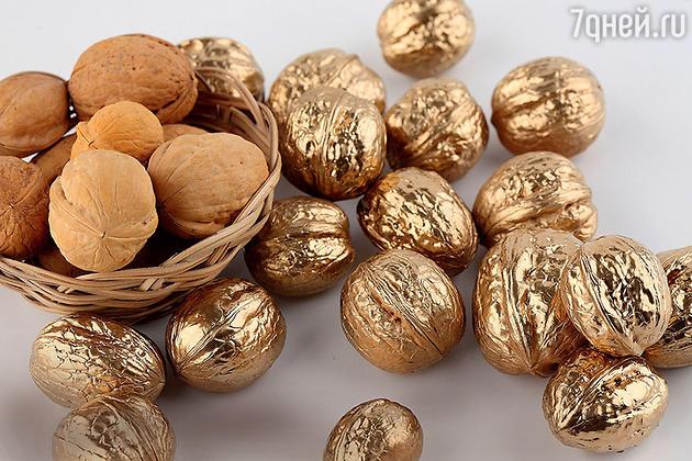 грецкие орехи, покрытые позолоченной краской