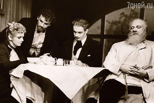 Евгений Урбанский (второй слева)