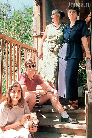 Ольга Урбанская с дочерью Ольгой и внучками на даче