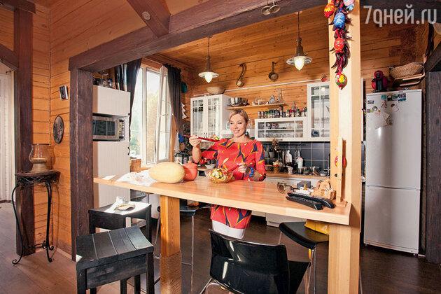 Арина Шарапова на кухне своей дачи в Подмосковье