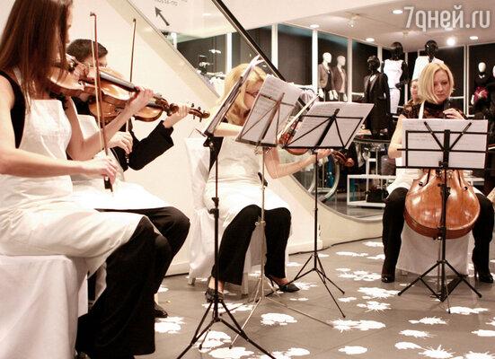 В зале играл оркестр