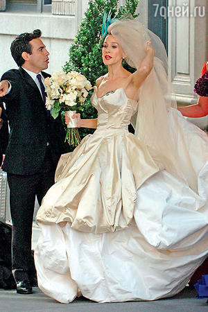 Сара Джессика Паркер всногсшибательном свадебном платье от Вивьен Вествуд насъемках фильма