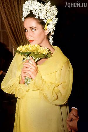 На бракосочетание с Ричардом Бертоном Лиз Тейлор предпочла облачиться в желтое. 1964 год