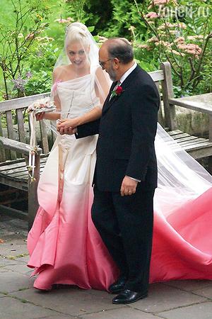 Певицу Гвен Стефани в весьма необычном платье вел к алтарю ее отец. 2002 год