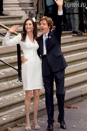 Миллионерша Нэнси Шевелл выходила замуж за Пола Маккартни в простом платье и босоножках без каблуков. 2011 год