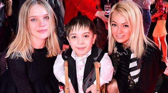 Яна Рудковская с сыном поздравила Данила Плужникова с победой на шоу «Голос. Дети»